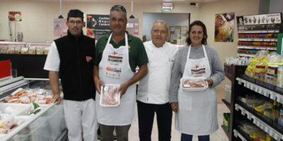 Los participantes en el 'I Concurso Popular de Cocina del Cabrito' recibieron los delantales y productos con los que elaborarán este domingo sus platos en Playa Blanca
